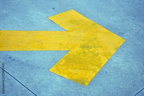 Poster Graffiti yellow arrow to indicate the right direction