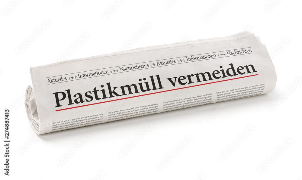 Fototapety, obrazy: Zeitungsrolle mit der Überschrift Plastikmüll vermeiden