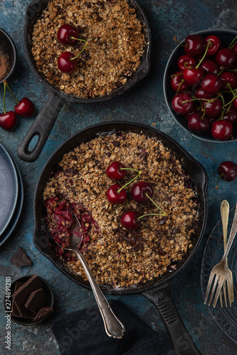 Photo  cherry and chocolate crumble pie on cast iron pan