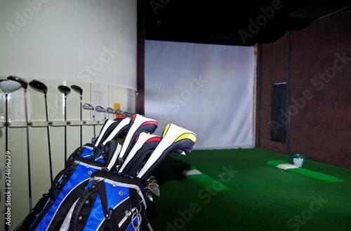 Fotografie, Obraz  Virtueller Golf-Abschlagplatz auf Kreuzfahrtschiff mit Leinwand und Golfschläge