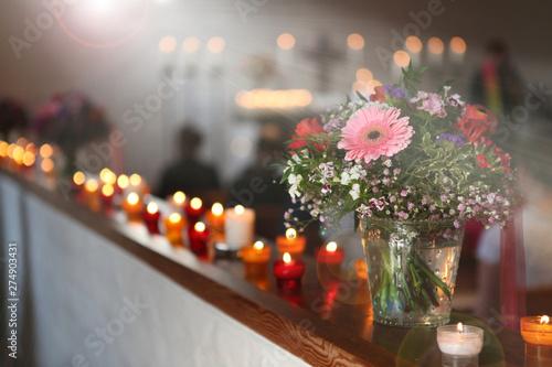 Lichtstrahlen und Blumen in einer Kirche Fototapeta