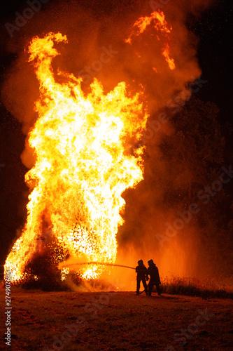Pompier face aux flammes