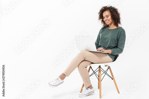 Fotografía  Attractive young african woman sitting on a chair