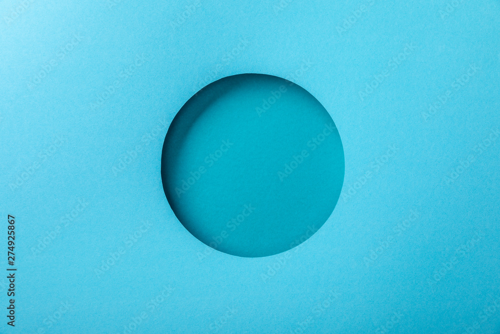 Fotografía  blue paper background with minimalistic round hole