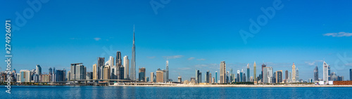 Photo Wide panorama of Dubai cityscapes with Burj Khalifa at daytime