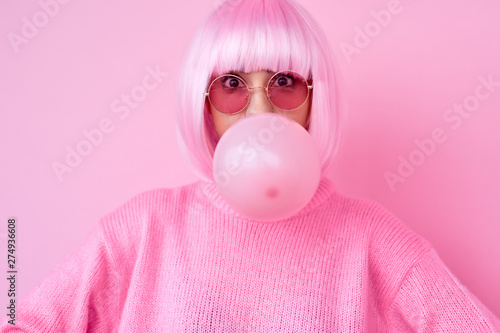 Obraz Young woman in pink outfit blowing gum - fototapety do salonu