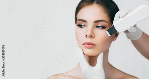 Fotografía shot of woman's face while procedure ultrasound cavitation, facial peeling