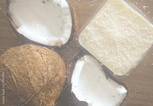 Photo Coco seco aberto junto com doce de coco em fundo amadeirado