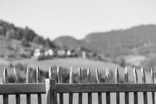 Holz Zaun Mit Berg Panorama Im Hintergrund Schwarz Weiß