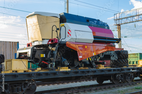 Pinturas sobre lienzo  Train platform is loaded with new disassembled for transportation, agricultural, combines