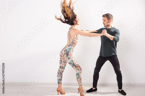 Fotografía  Skillful dancers performing in the white background with copy space