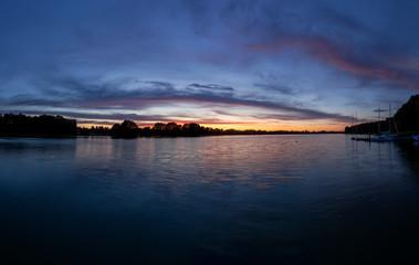 Piękny zachód słońca nad jeziorem Kalwa na Mazurach w Polsce.