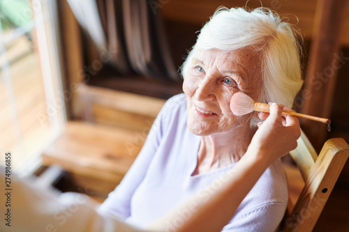 Poster Ecole de Danse Happy senior female with short white hair looking at beautician