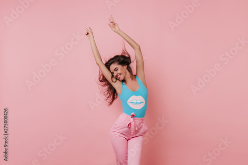 Fotografia  Lovely slim girl posing with sincere smile