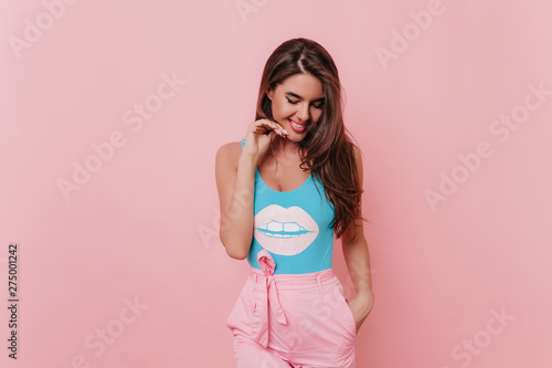 Carta da parati  Tanned spectacular girl in funny tank-top posing on pink background