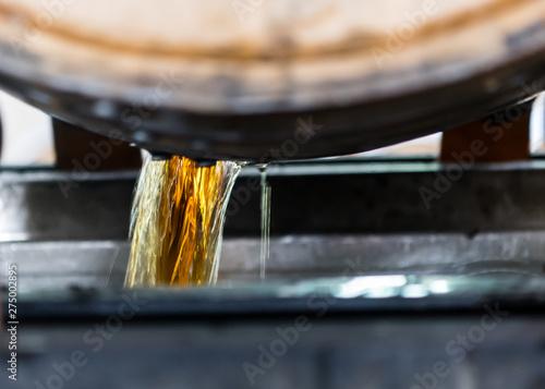 Fotografia Bourbon Emptying from Freshly Opened Barrel