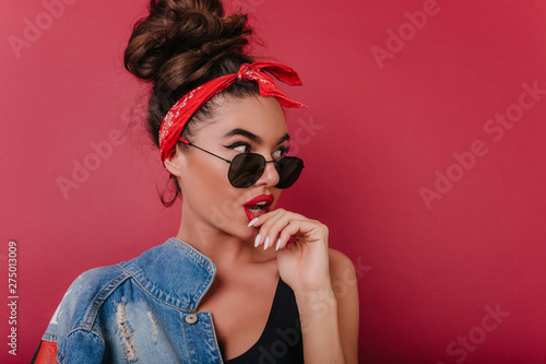 Fotografiet  Surprised pretty woman with cute manicure looking away with mouth open