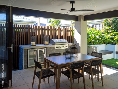 Photo Back yard alfresco sitting area with table and chairs