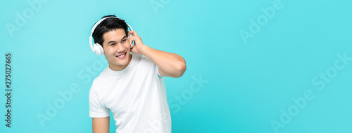 Foto  Handsome Asian man wearing headphone listening to music