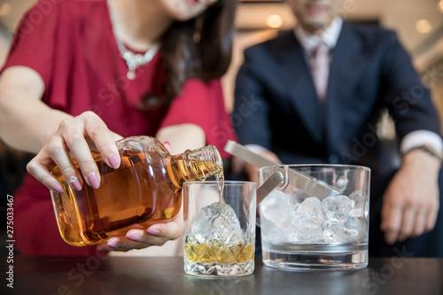 Stampa su Tela お酒を作る女性