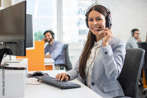 Montage in der Fensternische Individuell Female customer support operator working in call center. Help and technical support concept.