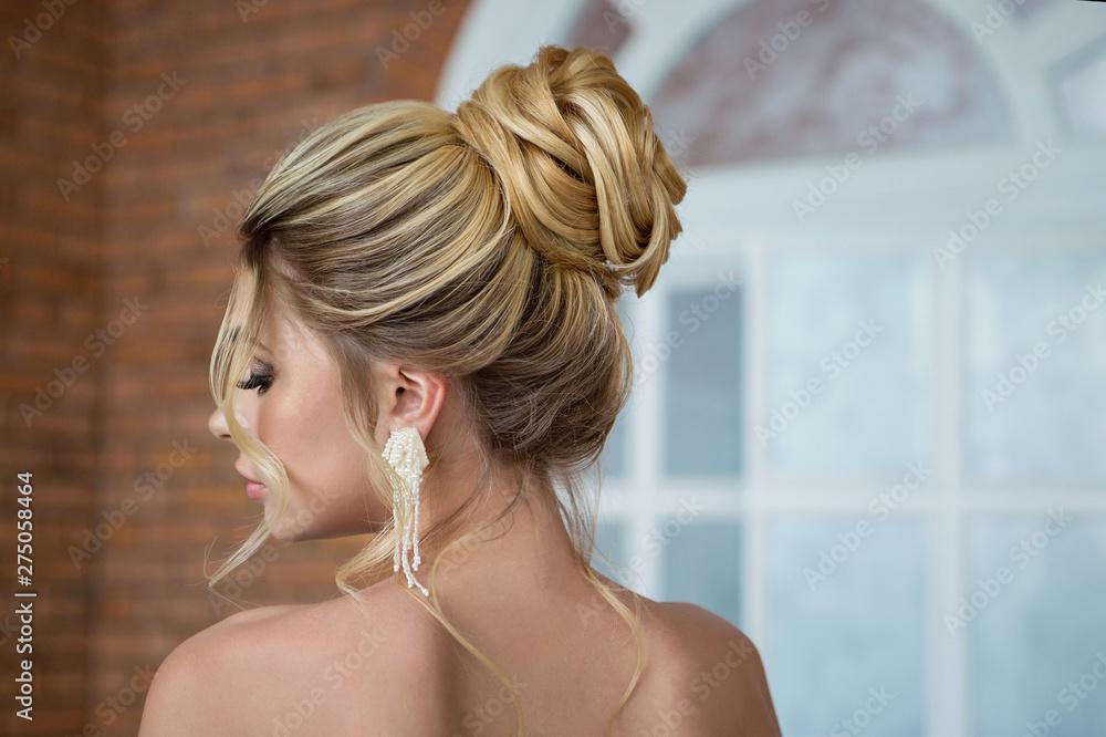 Fototapeta young beautiful bride on their wedding day