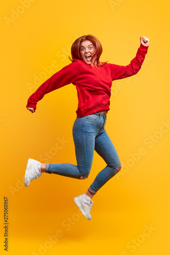 Fotografia Excited woman jumping and screaming