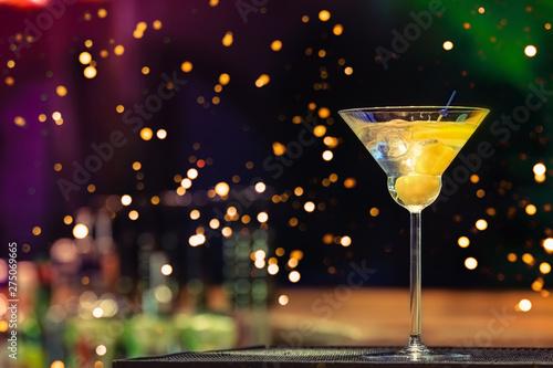 Fotografía  Martini at the bar counter