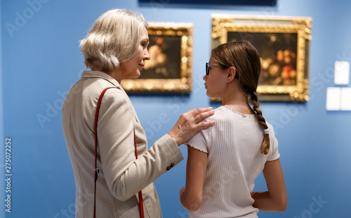 Photo Woman and girl visiting museum