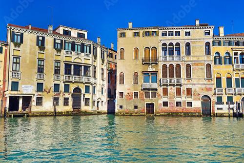 Venezia, palazzi affacciati sul canale. © bussiclick