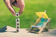 """canvas print picture - Am Sandstrand bilden Würfeln das Wort """"Pause"""" neben einer kleinen Sonnen-liege und einem Sonnenschirm."""