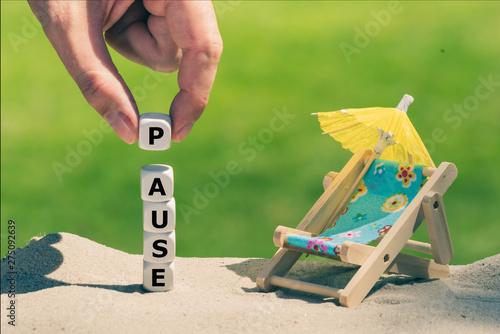 Fotografie, Tablou Am Sandstrand bilden Würfeln das Wort Pause neben einer kleinen Sonnen-liege und einem Sonnenschirm