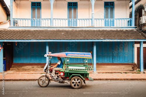 Fotografía  Colonial building and Tuk Tuk Skylab on Luang Prabang street, Laos