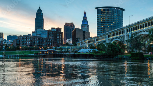 Valokuva Small City Urban Skyline Of Cleveland Ohio At Sunrise Along The Cuyahoga River With Iconic Bridge