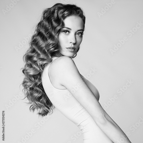 La pose en embrasure womenART Graceful woman with elegant hairstyle on gray background