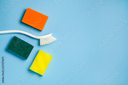 Foam sponges and plastic brush for washing dishes with copy space Fototapet
