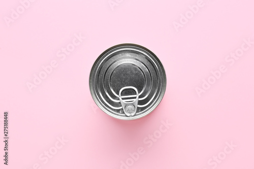 Photo  Tin can with food on color background