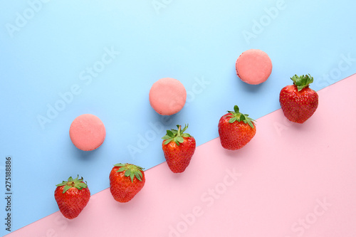 Staande foto Macarons Sweet ripe strawberry and macarons on color background
