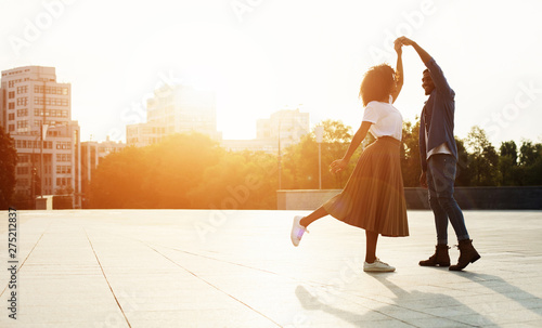 Naklejki taniec love-is-in-the-air-romantic-couple-dancing-at-sunset