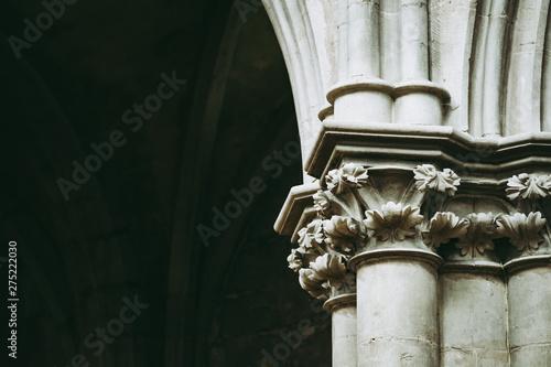 Collones en pierre dans une abbaye, France Fototapete