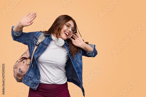 Poster Individuel Plus size female enjoying music