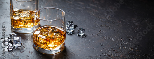 Fotografia Glasses of whiskey with ice