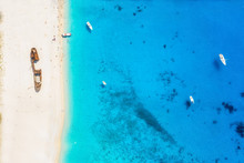 Top Down Sicht Auf Den Berühmten Schiffswrack Strand Auf Der Insel Zakynthos Mit Türkisem Meer Und Feinem Sand, Griechenland