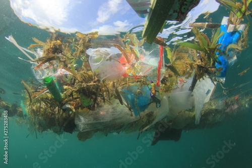 Plastic pollution in ocean Tableau sur Toile