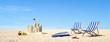 Strand Liegen am Strand mit Burg und blauem Himmel