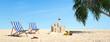 Liegen und Sandburg am Strand mit Palme
