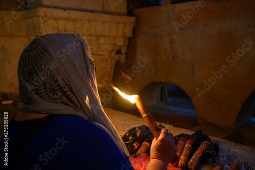 Femme priant avec un cierge à la main Canvas Print