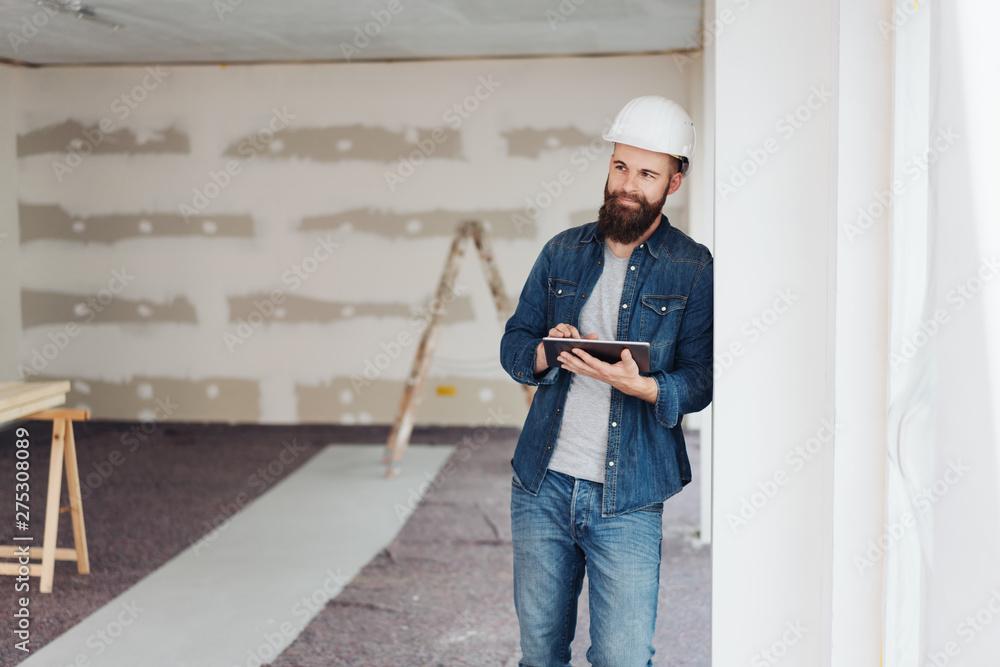 Fototapety, obrazy: Architekt mit Tablet in einer neuen Wohnung