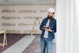 Architekt mit Tablet in einer neuen Wohnung