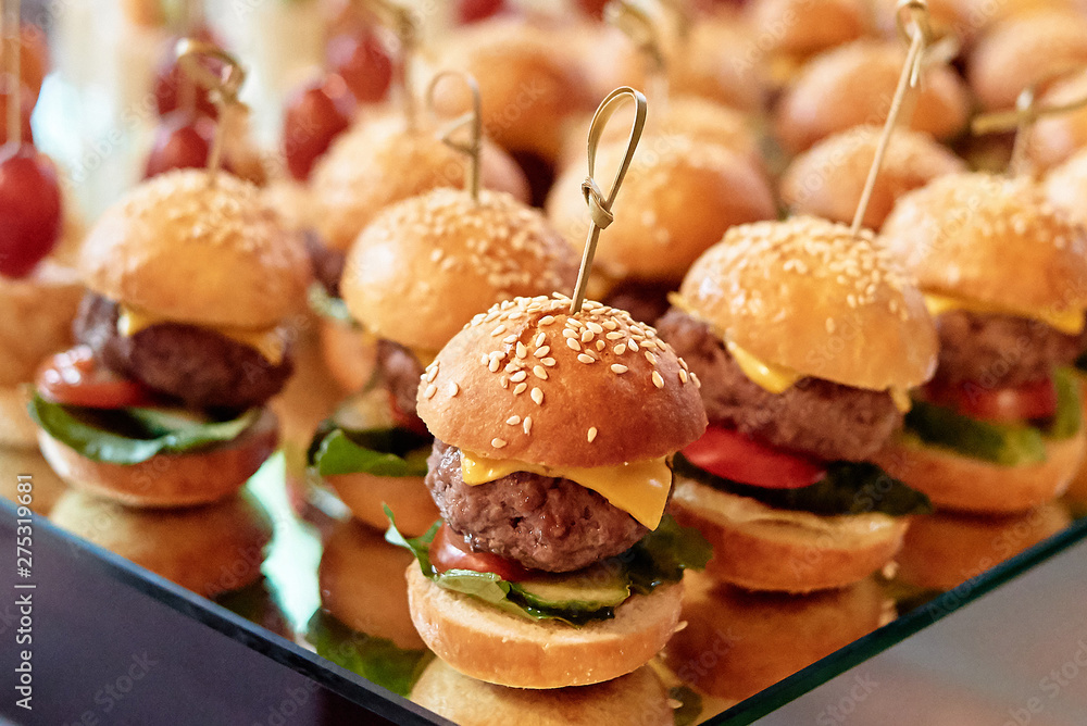 Fototapety, obrazy: Buffet table with mini hamburgers at luxury wedding reception, copy space. Serving food and appetizers at restaurant. Catering banquet table